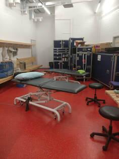 Kuva Cirque Du Soleilin fysioterapeuttien työhuoneesta, joka kiertueella Helsingissä sijaitsi pelaajien pukuhuoneessa.